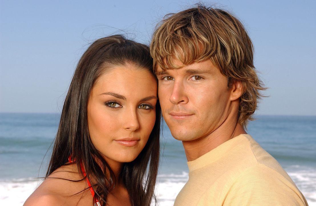 Jay (Ryan Kwanten, r.) ist bestürzt darüber, dass ihn seine alte Knieverletzung an der Teilnahme am lokalen Surf-Wettbewerb hindert, doch Erika (T... - Bildquelle: CBS Television