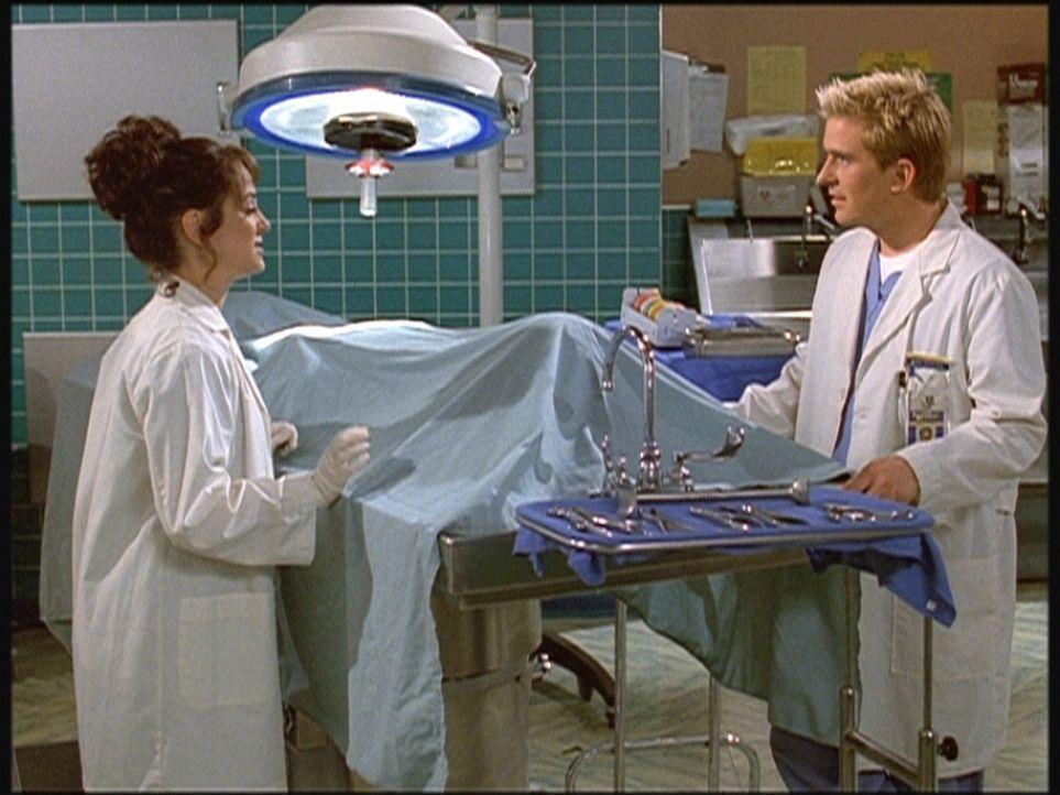 Ellie (Melissa Greenspan, l.), eine quirlige Medizinstudentin, erklärt Jesse (Charlie Schlatter, r.), dass ihre große Leidenschaft das Komponieren... - Bildquelle: Viacom