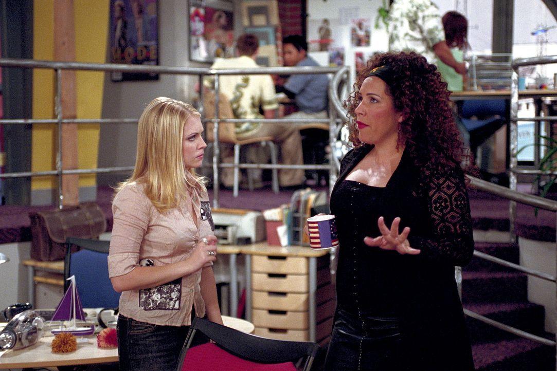 Nach einigen Umwegen landet die Job suchende Sabrina (Melissa Joan Hart, l.) beim 'Scorch Magazin'. Der neuen Chefredakteurin Annie (Diana Maria Riv... - Bildquelle: Paramount Pictures