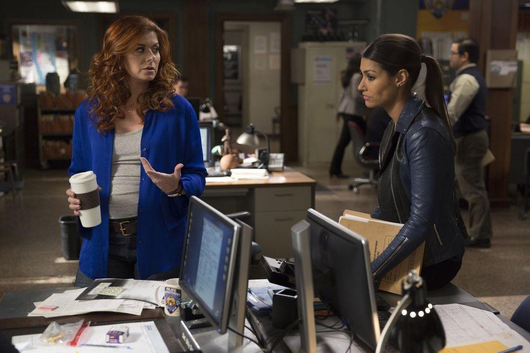 Die Ermittlungen im Fall eines ermordeten Undercover-Cops lenken den Blick der Täter auf das Team von Laura (Debra Messing, l.) und Meredith (Janina... - Bildquelle: 2015 Warner Bros. Entertainment, Inc.