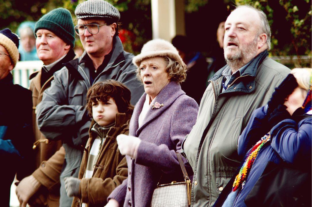 Petey (Toby Parkes, 4.v.l.) und Grace (Maggie Smith, M.) feuern Reverend Walter Goodfellow auf dem Fußballplatz an. Doch dem Pfarrer fehlt es nicht... - Bildquelle: Constantin Film