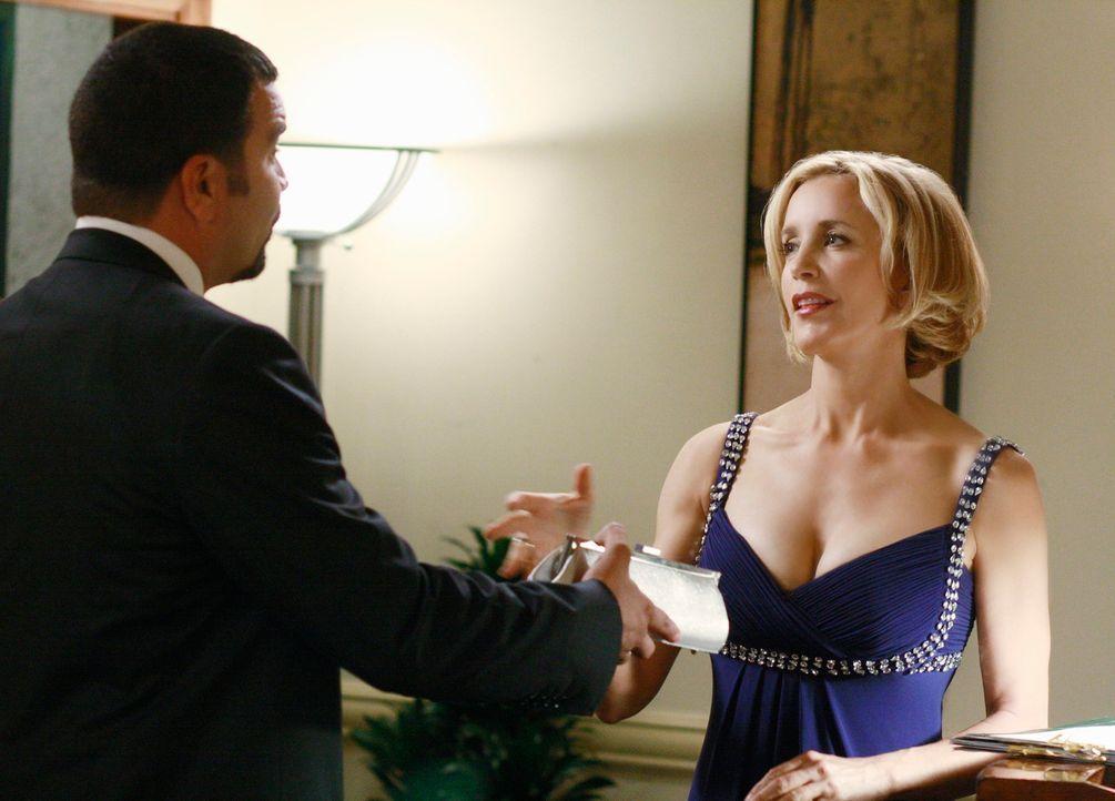 Lynette (Felicity Huffman, r.) kann ihre durch die Schwangerschaft anschwellenden Brüste nicht mehr verstecken und lässt Carlos (Ricardo Antonio Cha... - Bildquelle: ABC Studios