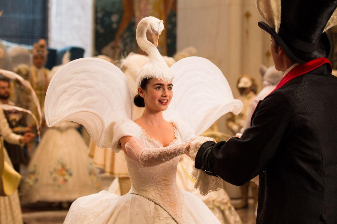 Schneewitchen (Lily Collins, l.) hat ihren Traumprinzen gefunden: Prince Andrew Alcott (Armie Hammer, r.) ... - Bildquelle: Jan Thijs STUDIOCANAL