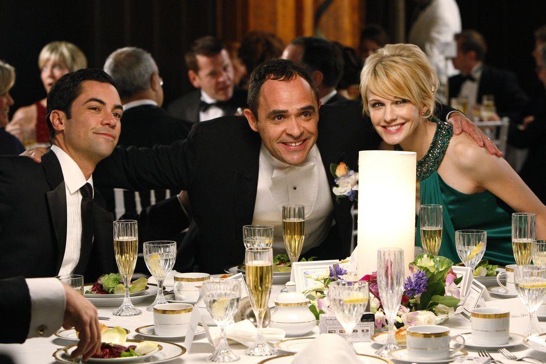 Eigentlich haben Scott Valens (Danny Pino, l.) und Lilly Rush (Kathryn Morris, r.) einen freien Abend, weil sie zur Hochzeit von Kriminaltechniker L... - Bildquelle: Warner Bros. Television