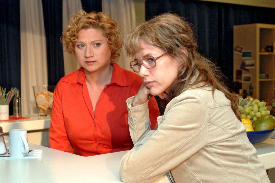 Lisa (Alexandra Neldel, r.) muss von Agnes (Susanne Szell, l.) erfahren, dass Jürgen ausgerechnet Sabrina Geld zugesteckt hat. (Dieses Foto von Ale... - Bildquelle: Sat.1