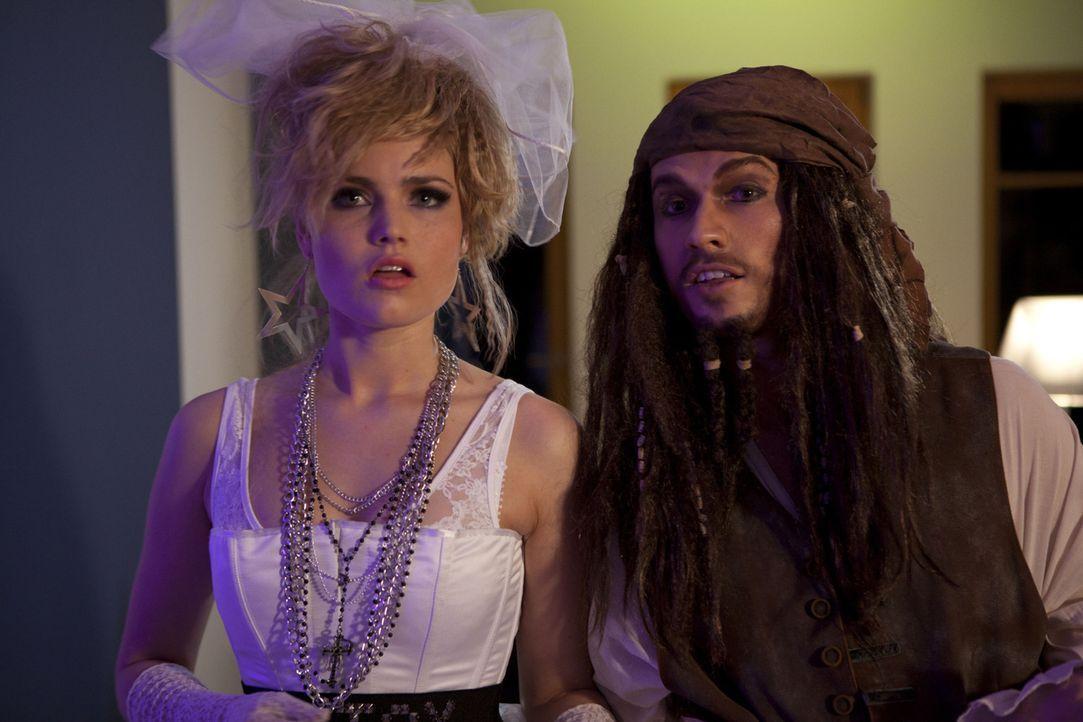 Die Karnevalsparty ist im vollen Gange: Caro (Sonja Bertram, l.) und Ben (Christopher Kohn, r.) ... - Bildquelle: SAT.1