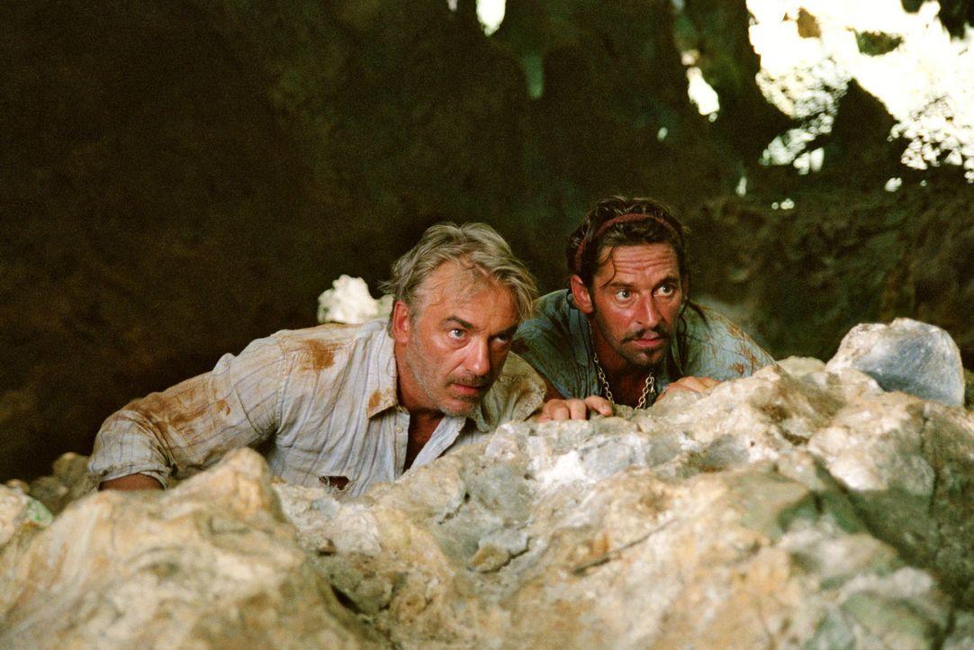Auf der Suche nach einem Gegengift für Max stoßen Christian (Christoph M. Ohrt, l.) und Flynn (Max Tidof, r.) auf den Piraten Marcos und seine Ban... - Bildquelle: Sat.1