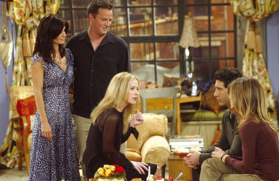 Verwirrung herrscht bei bei den jungen Eltern, denn Amy (Christina Applegate, M.) sorgt sich um Rachels (Jennifer Aniston, r.) und Ross' (Davi... - Bildquelle: TM+  2000 WARNER BROS.