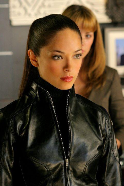 Da Chloe und Clark Lana (Kristin Kreuk, vorne) nicht helfen wollen, Lex gewaltlos fertigzumachen, zieht sie los, um ihn zu töten ... - Bildquelle: Warner Bros.