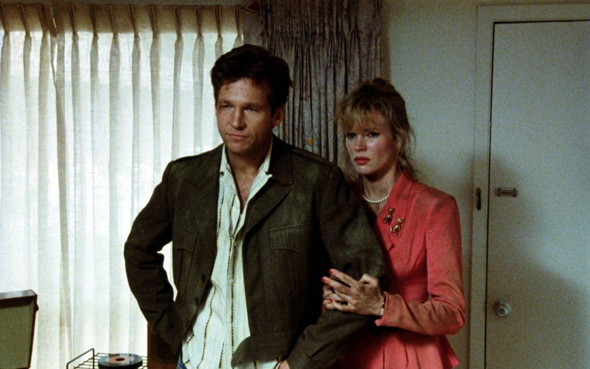 Nadine (Kim Basinger, r.) und Vernon (Jeff Bridges, l.) stehen kurz vor der Scheidung. Doch als man ihnen einen Mord anhängt, sind ihre Trennungspro... - Bildquelle: CPT Holdings, Inc. All Rights Reserved.
