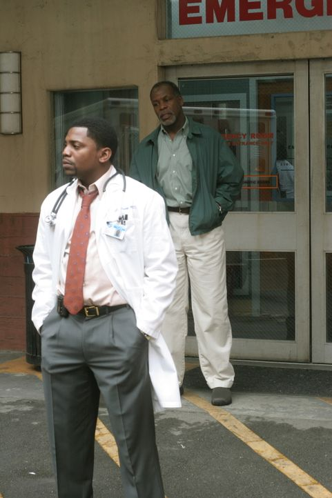 Charlie (Danny Glover, r.) taucht unerwartet in der Notaufnahme auf und will Pratt (Mekhi Phifer, l.), seinen Sohn aus erster Ehe dazu bewegen, sein... - Bildquelle: Warner Bros. Television