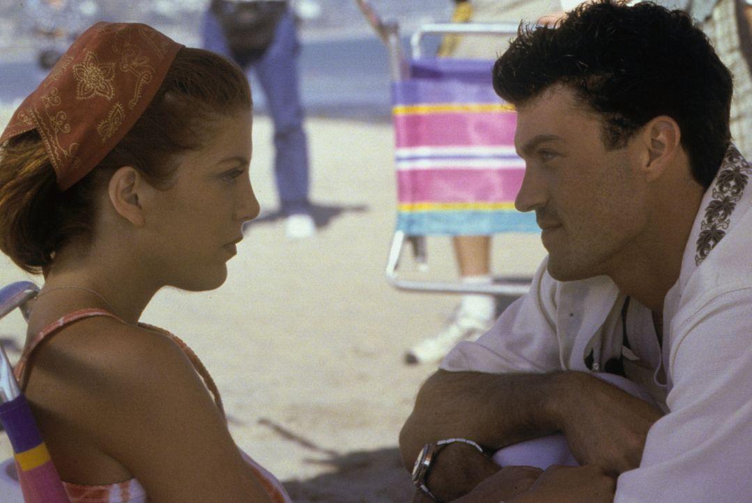 Während Donna (Tori Spelling, l.) mit ihrer Verbindung zu Wayne kämpft, macht David (Brian Austin Green, r.) mit Dylan kurzen Prozess ... - Bildquelle: Paramount Pictures