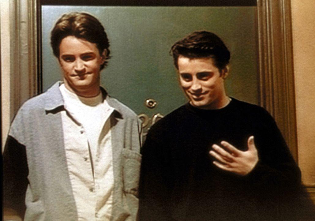 Chandler (Matthew Perry, l.) und Joey (Matt LeBlanc, r.) treffen im Treppenhaus die Geliebte von Joeys Vater und sind ziemlich überrascht. - Bildquelle: TM+  2000 WARNER BROS.