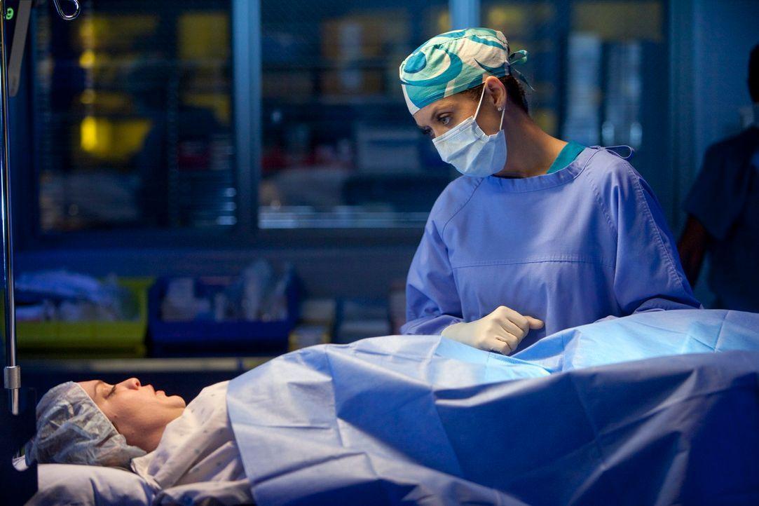 Patty (Amanda Aday, liegend), eine junge Frau, kommt mit Schmerzen zu Addison (Kate Walsh, r.). Sie hatte vor zwei Monaten eine Abtreibung vornehmen... - Bildquelle: ABC Studios