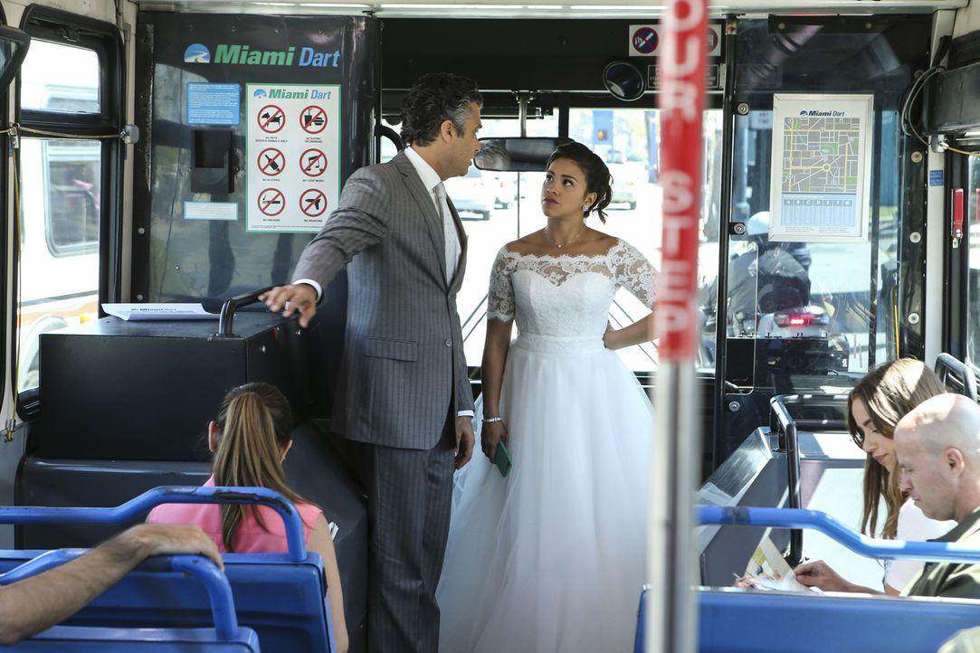 Da Rogelios (Jaime Camil, l.) Rolls Royce plötzlich kaputt ist, müssen Jane (Gina Rodriguez, r.) und er mit dem Bus zur Kirche fahren. Doch werden s... - Bildquelle: Scott Everett White 2016 The CW Network, LLC. All rights reserved.