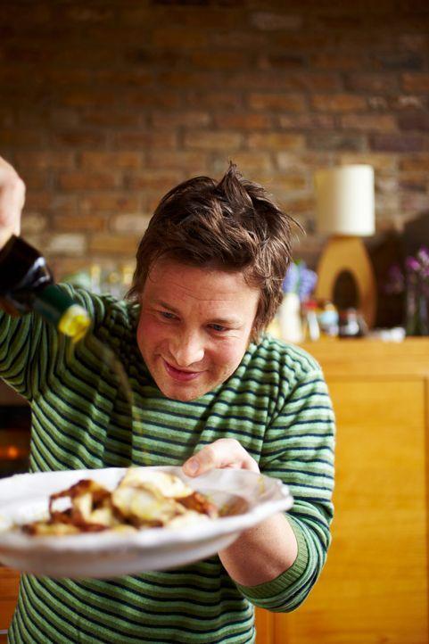 Diesmal bereitet Jamie Oliver ein Hähnchen in Senfsauce, mit knuspriger Haut und saftigem Fleisch, zu, welches in einer Porree-Weißwein-Sahnesauce e... - Bildquelle: David Loftus 2009,