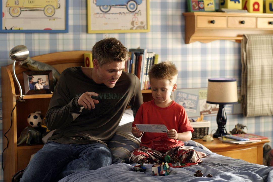 Lucas (Chad Michael Murray, l.) verbringt sehr viel Zeit mit seinem Neffen Jamie (Jackson Brundage, r.) ... - Bildquelle: Warner Bros. Pictures