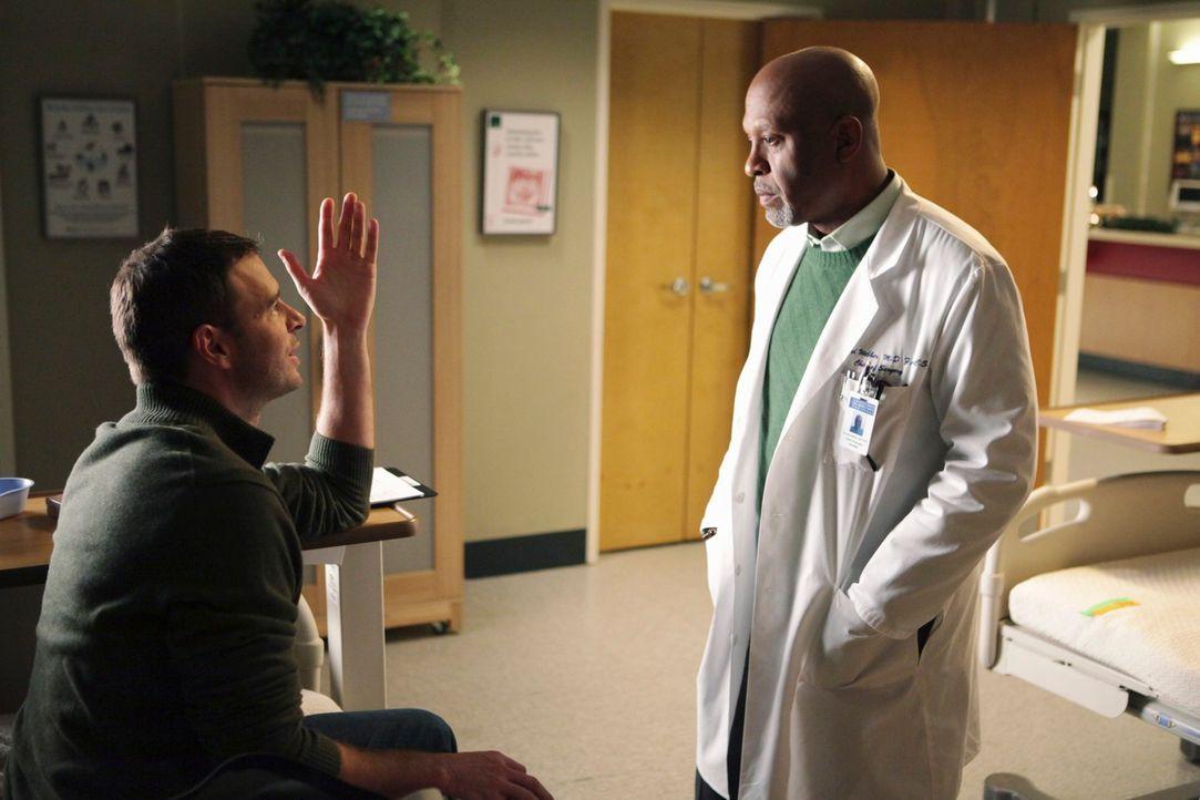 Teddy bringt Richard (James Pickens, Jr., r.) dazu, wegen ihrem Krebspatienten Henry (Scott Foley, l.) mit dem Krankenhausvorstand zu sprechen, dami... - Bildquelle: ABC Studios
