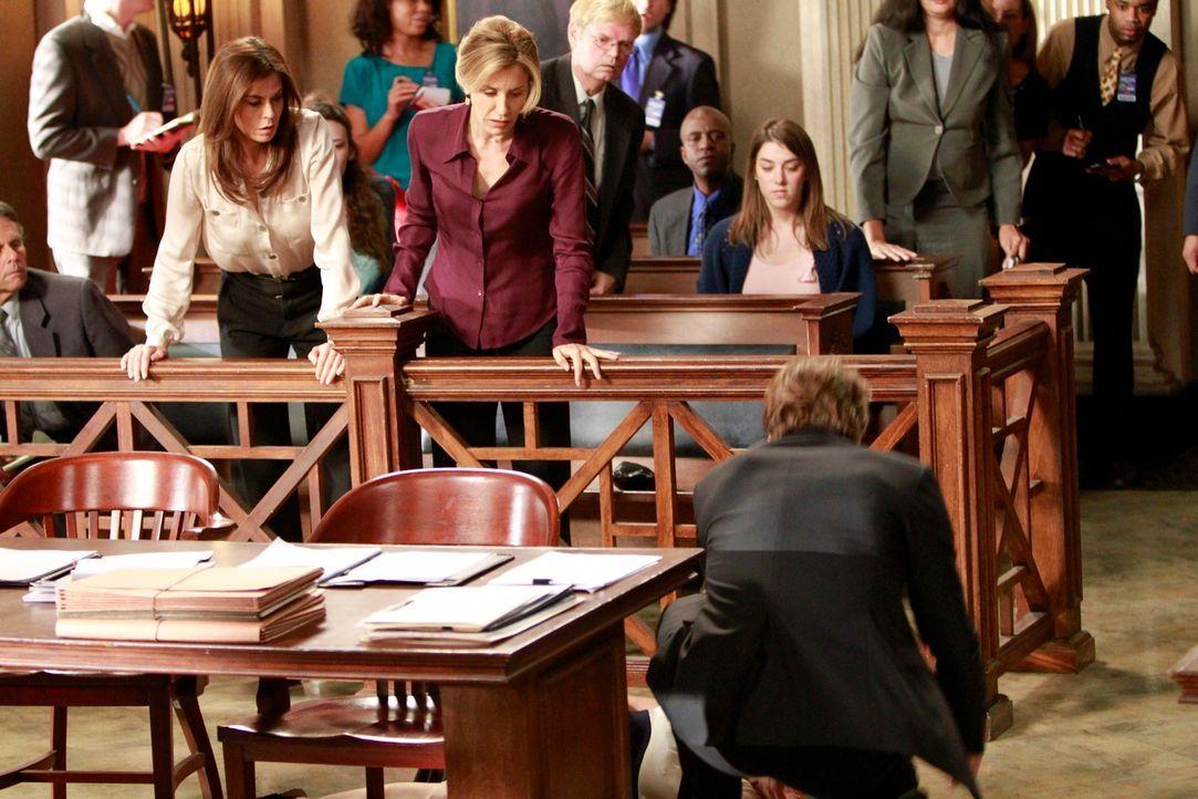 Machens ich große Sorgen um Bree, die während des Prozesses einen Schwächeanfall erlitten hat: Susan (Teri Hatcher, vorne stehend l.), Lynette (Feli... - Bildquelle: ABC Studios