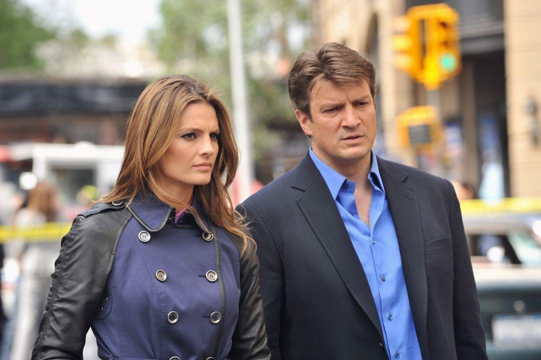 Da stimmt doch etwas nicht! Castle (Nathan Fillion, r.) und Beckett (Stana Katic, l.) verstehen nicht, warum sie den Tatort nicht betreten dürfen un... - Bildquelle: ABC Studios