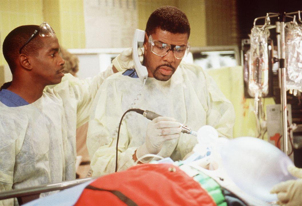 Carter muss die Amputation durchführen. Er wird über Funk von Benton (Eriq LaSalle, r.) angeleitet, der eigentlich selbst alle Hände voll zu tun hat... - Bildquelle: TM+  2000 WARNER BROS.