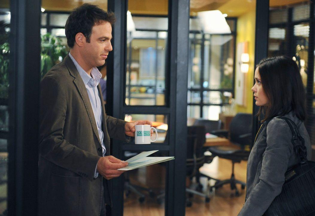 Cooper (Paul Adelstein, l.) bekommt plötzlich Besuch von Lynn (Marguerite Moreau, r.), die Mutter seines ehemaligen Patienten Evan, dem er gemeinsam... - Bildquelle: ABC Studios