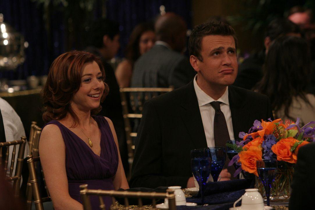 Auch Lily (Alyson Hannigan, l.) und Marshall (Jason Segel, r.) lassen sich die Feier nicht entgehen, bei der Robin eine Auszeichnung für ihre journa... - Bildquelle: 20th Century Fox International Television