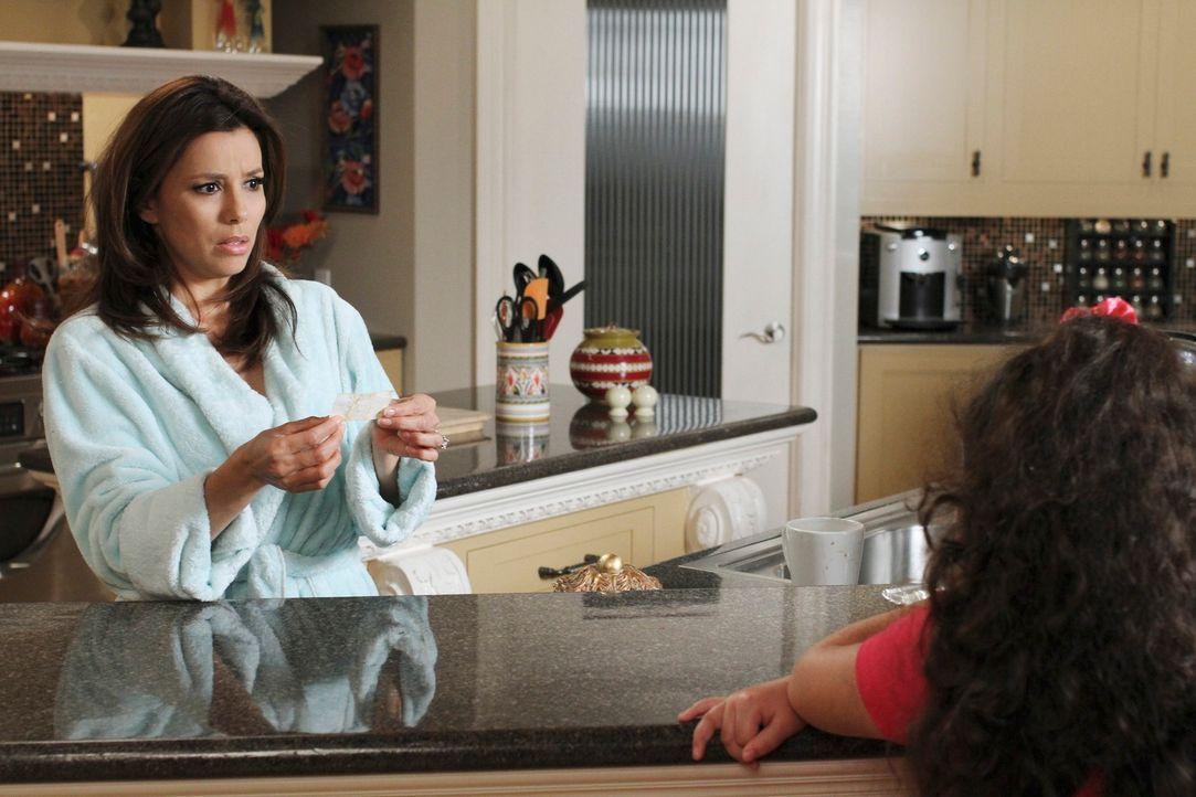 Als Gabrielle (Eva Longoria, l.) ihre Töchter Celia (Daniella Baltodano, r.) und Juanita heimlich beim Essen erwischt, ist sie erst sauer, doch dann... - Bildquelle: ABC Studios