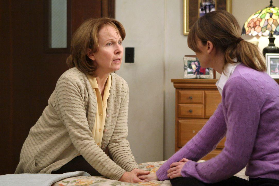 Meredith (Ellen Pompeo, r.) wird darüber informiert, dass ihre Mutter Ellis (Kate Burton, l.) plötzlich wieder sie selbst ist und sich an alles er... - Bildquelle: Touchstone Television