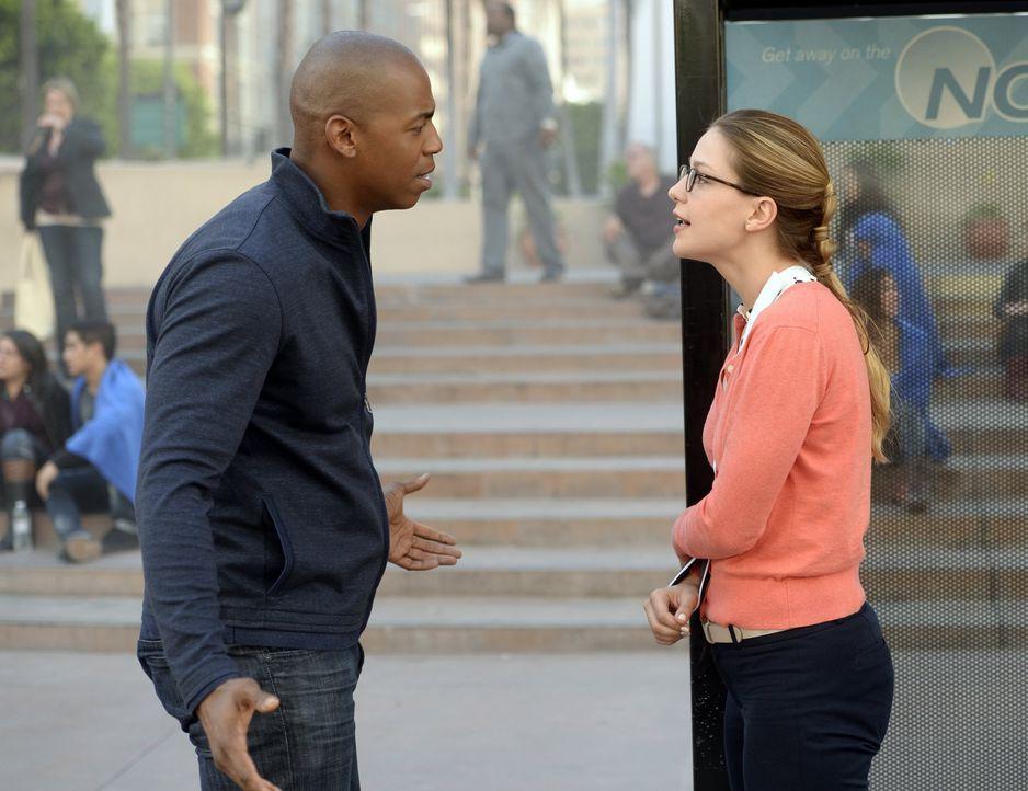 Als Kara (Melissa Benoist, r.) ihre Superkräfte verliert, versucht James (Mehcad Brooks, l.) ihr klarzumachen, dass diese nicht das Einzige sind, da... - Bildquelle: 2015 Warner Bros. Entertainment, Inc.