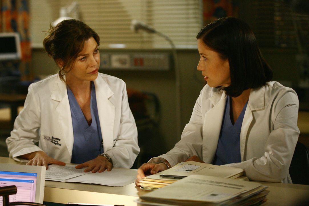 Lexie (Chyler Leigh, r.) muss sich mit Meredith (Ellen Pompeo, r.) um einen Notfallpatienten kümmern, was zu einem Eklat führt ... - Bildquelle: Touchstone Television