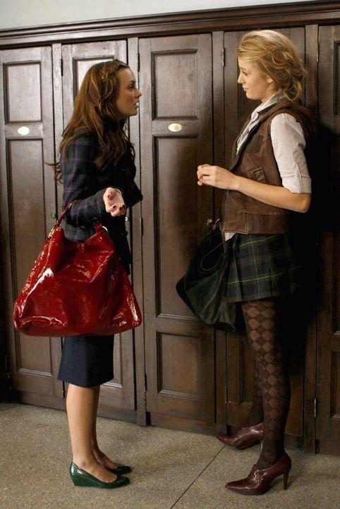 In der Schule erzählt Blair (Leighton Meester, l.) Serena ( Blake Lively, r.)  von Cyrus Familie ... - Bildquelle: Warner Brothers