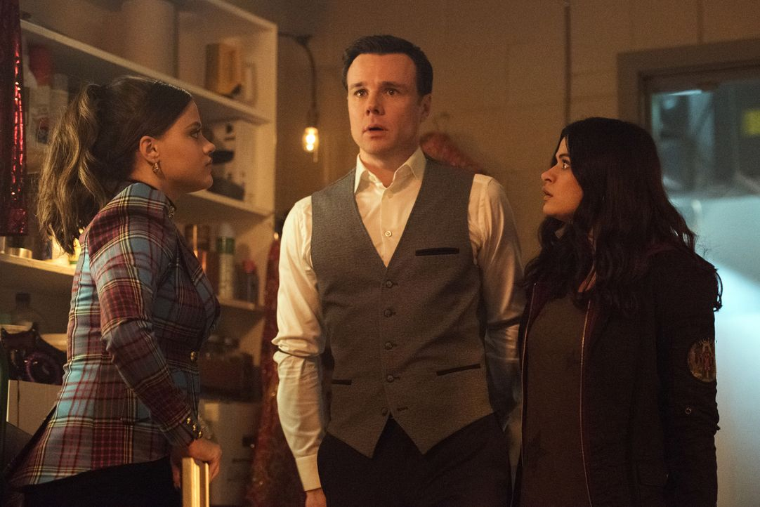 (v.l.n.r.) Maggie Vera (Sarah Jeffery); Harry Greenwood (Rupert Evans); Mel Vera (Melonie Diaz) - Bildquelle: Dean Buscher 2018 The CW Network, LLC. All Rights Reserved.