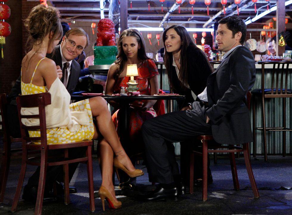 Der Geist von Kate (Rachel Shelley, 2.v.r.) sorgt für großen Wirbel während Rick (Jay Mohr, 2.v.l.), Nina (Nikki Cox, l.), Jim (David Conrad, r.) un... - Bildquelle: ABC Studios