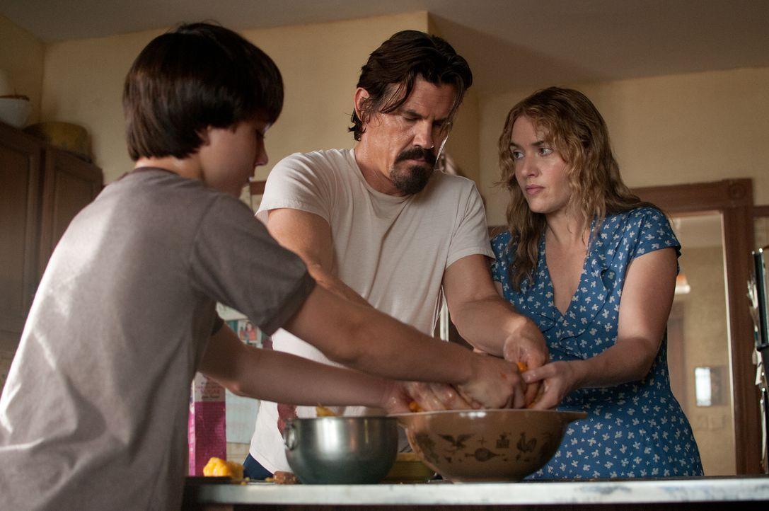 Nachdem sie den verletzten Anhalter Frank (Josh Brolin, M.) bei sich aufgenommen haben, müssen Adele (Kate Winslet, r.) und ihr Sohn Henry (Gattlin... - Bildquelle: 2016 Paramount Pictures. All Rights Reserved.