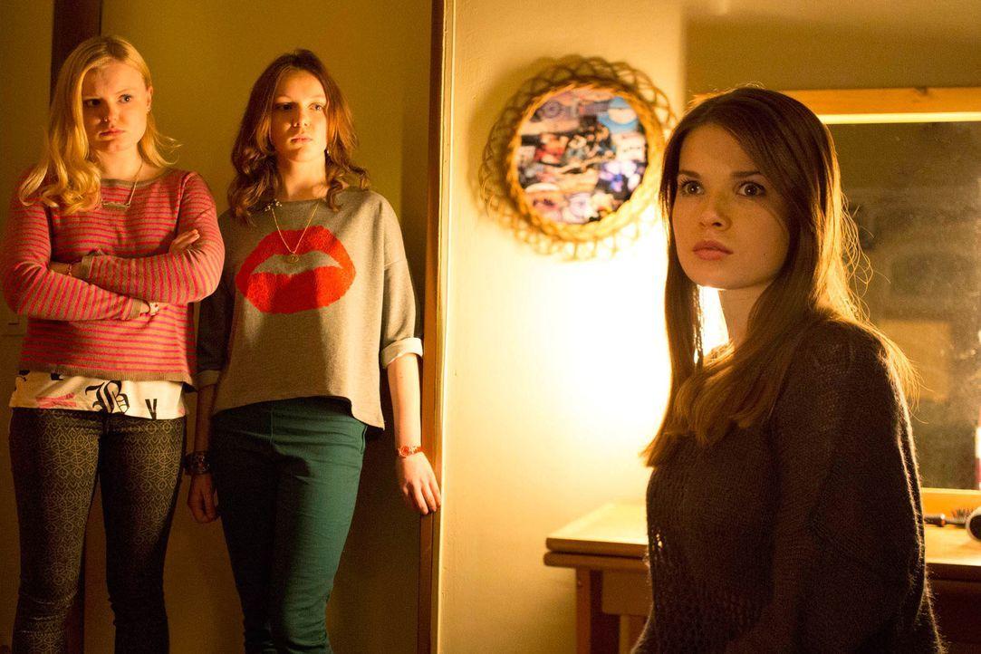 Seitdem Mia (Zoe Moore, r.) ihre übernatürlichen Kräfte nicht mehr unter Kontrolle hat, versuchen Aileen (Maria Dragus, l.) und deren neuen Freundin... - Bildquelle: Dominik Hatt sixx