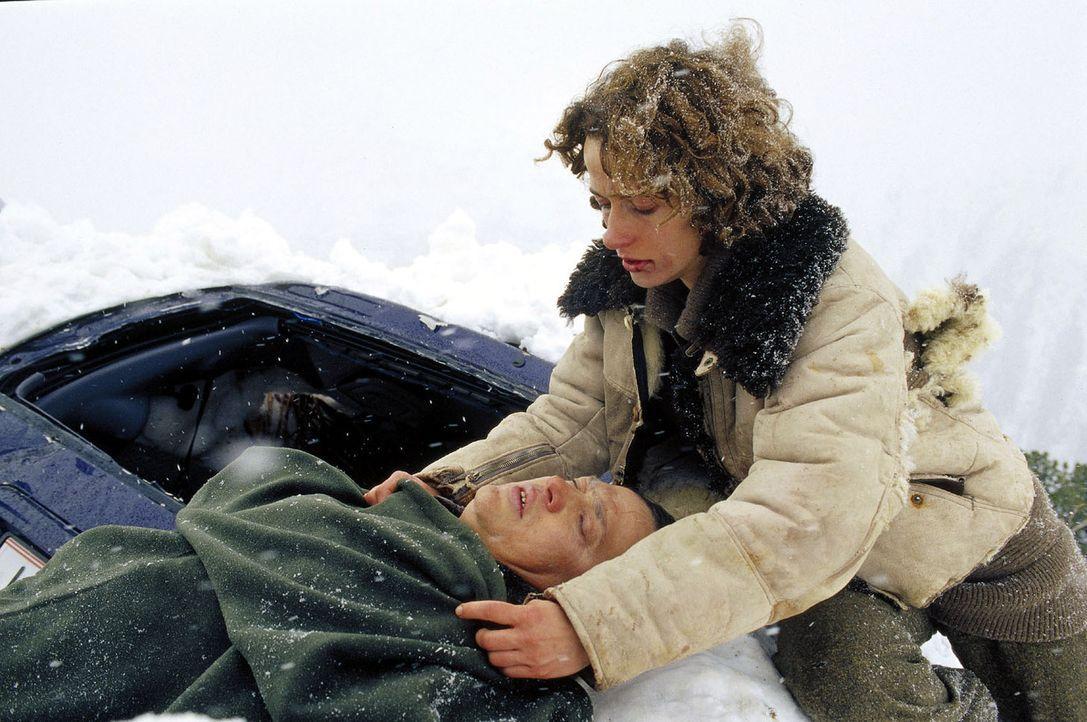 Leah (Claudia Michelsen, r.) ist fassungslos - Mertens (Bernd Stegemann, l.) ist bei dem Versuch, sie zu retten, getötet worden. - Bildquelle: Laemmerer Cinemakers
