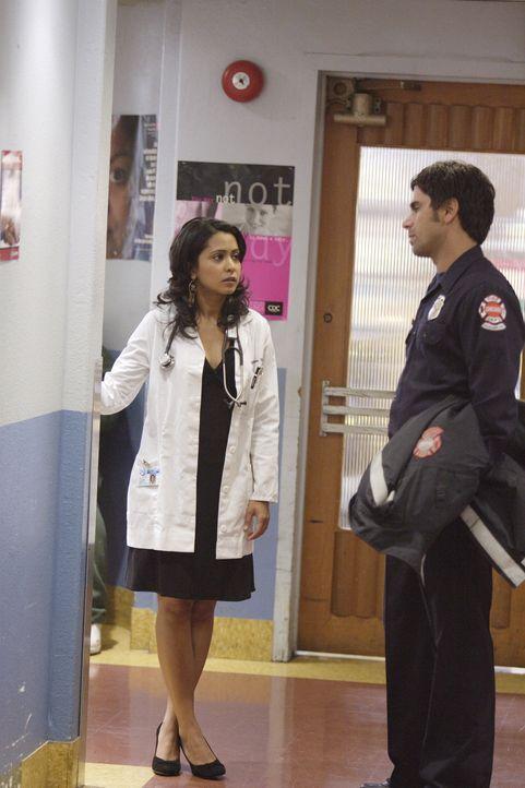 Nachdem Neela (Parminder Nagra, l.) erfahren hat, dass Michael nicht aus dem Irak kommt, flirtet sie heftig mit Officer Tony Gates (John Stamos, r.)... - Bildquelle: Warner Bros. Television