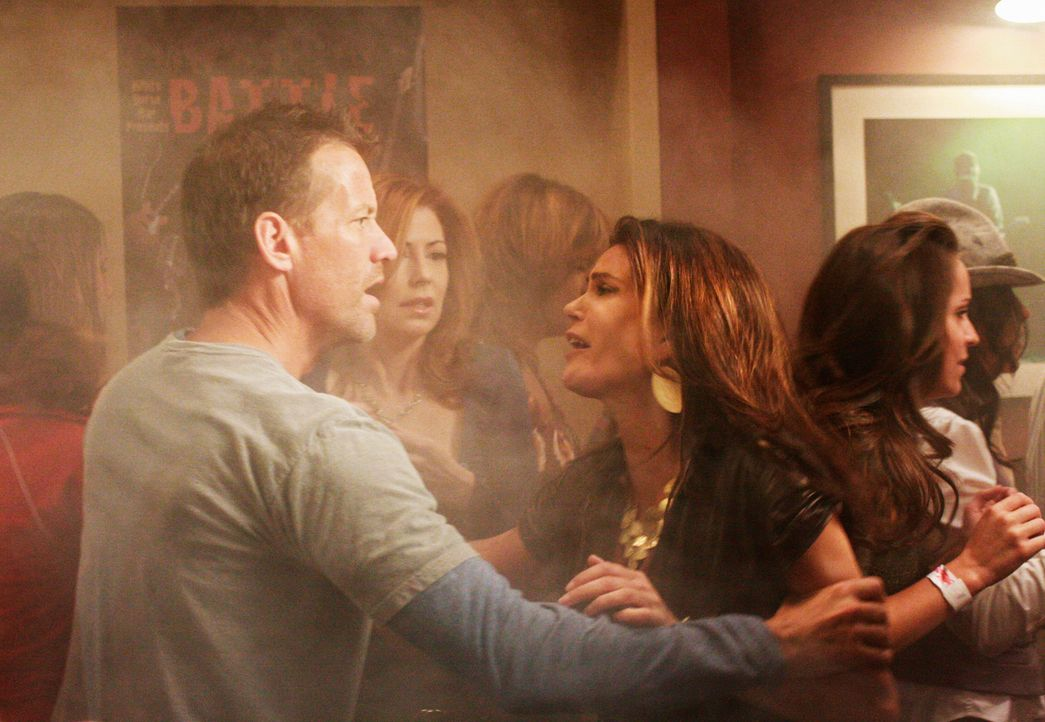Mike (James Denton, l.) versucht Susan (Teri Hatcher, r.) von der Idee, Jackson im brennenden Lokal zu suchen, aufzuhalten. Doch wird es ihm gelingen? - Bildquelle: ABC Studios