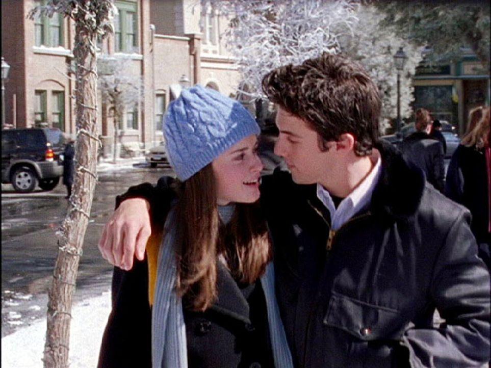Als Rory (Alexis Bledel, l.) Jess (Milo Ventimiglia, r.) fragt, ob er mit ihr zum Winterfest gehen will lehnt er ab - bis Dean Rory dieselbe Frage s... - Bildquelle: 2002 Warner Bros.