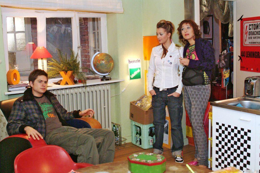 Timo (Matthias Dietrich, l.), Hannah (Laura Osswald, M.) und Yvonne (Bärbel Schleker, r.) machen sich Sorgen um Kim. - Bildquelle: Monika Schürle SAT.1 / Monika Schürle
