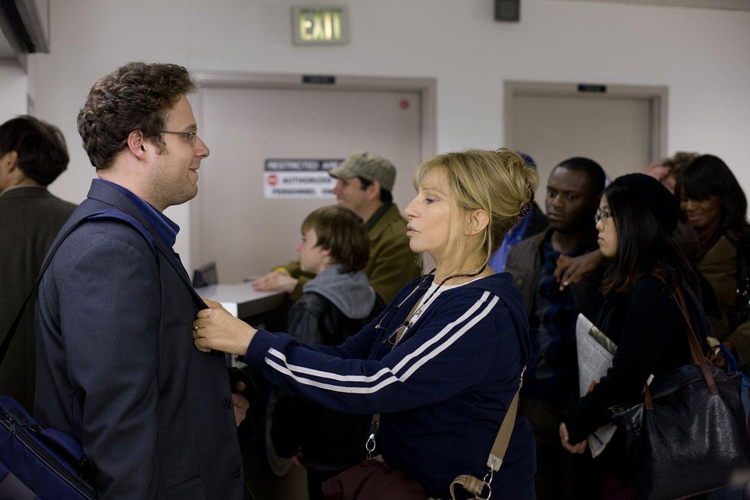 Joyce (Barbra Streisand, l.) ahnt nicht, dass ihr Sohn (Seth Rogen, r.) ein Wiedersehen mit ihrer unvergessenen Jugendliebe arrangiert hat ... - Bildquelle: Sam Emerson MMXII Paramount Pictures Corporation. All Rights Reserved.