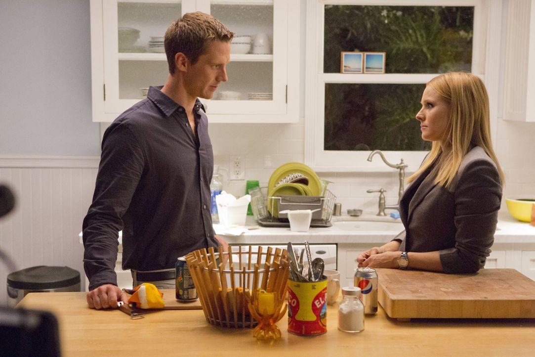 Veronicas (Kristen Bell, r.) Ex-Freund Logan (Jason Dohring, l.) wird beschuldigt, seine Freundin Carrie ermordet zu haben, was die Ex-Teenage-Detek... - Bildquelle: 2014 Warner Bros. Entertainment, Inc.