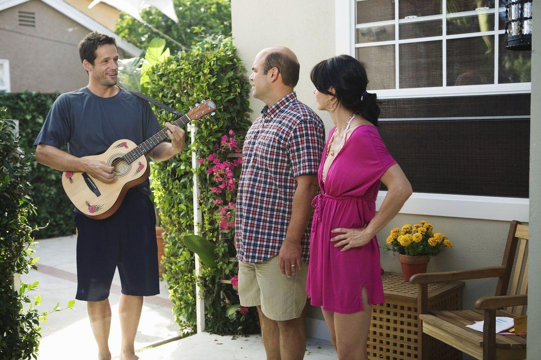 Obwohl sich Grayson (Josh Hopkins, l.) erst geweigert hat, zum Barbecue zu erscheinen, kommt er dann doch noch vorbei, um seine gewonnene Wette zu f... - Bildquelle: 2009 ABC INC.