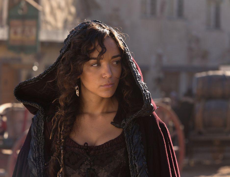 Mit Schrecken erkennt Tituba (Ashley Madekwe), dass ein Hexenjäger in Salem aufgetaucht ist. Wird sie erkennen, um wen es sich dabei handelt? - Bildquelle: 2015 Fox and its related entities. All rights reserved.