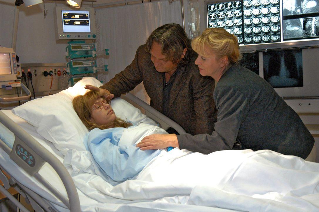 Zutiefst besorgt besuchen Bernd (Volker Herold, M.) und Helga (Ulrike Mai, r.) Lisa (Alexandra Neldel, l.) im Krankenhaus. (Dieses Foto von Alexandr... - Bildquelle: Noreen Flynn SAT.1 / Noreen Flynn