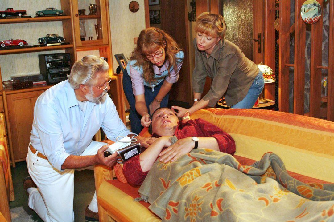 Bernd (Volker Herold, vorne liegend) geht es gar nicht gut - Helga (Ulrike Mai, r.) musste sogar den Hausarzt (Lothar Schadow, l.) rufen. Und das au... - Bildquelle: Monika Schürle SAT.1 / Monika Schürle