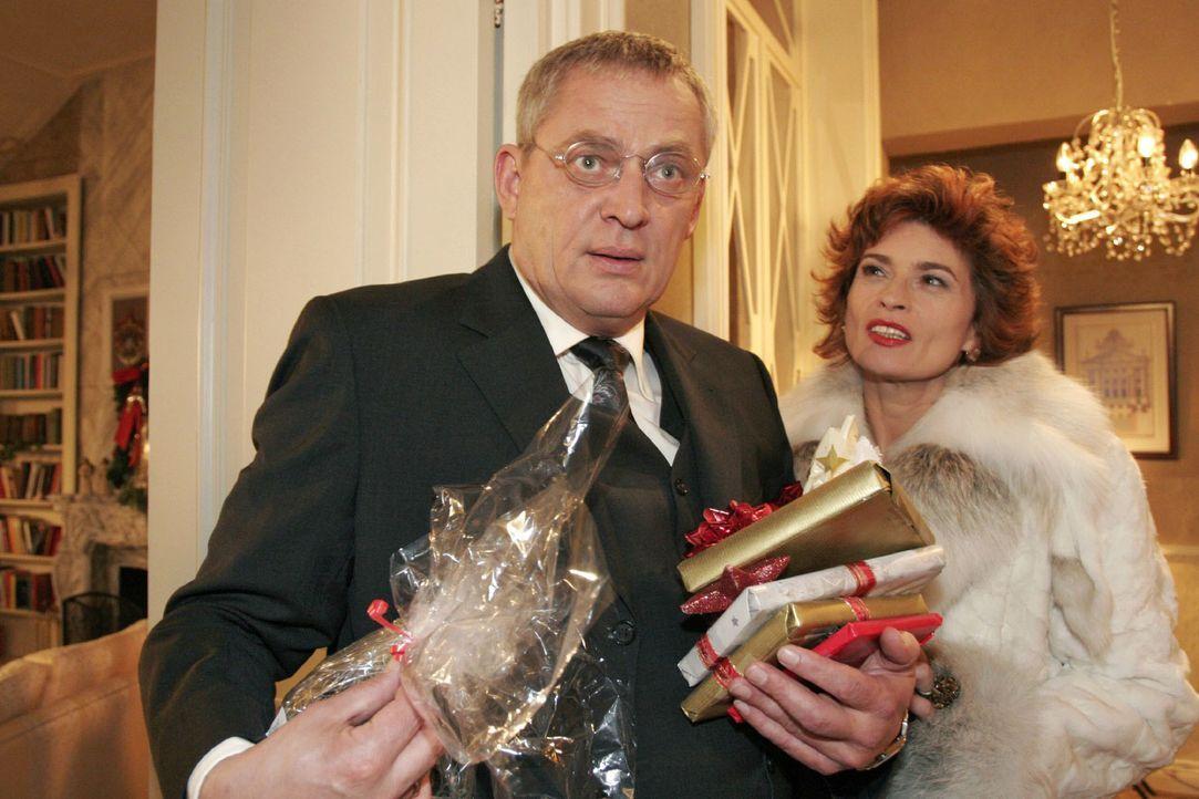 Als Friedrich (Wilhelm Manske, l.) erfährt, dass Sophie (Gabrielle Scharnitzky, r.) allein Weihnachten feiern wird, bekommt er Mitleid. - Bildquelle: Noreen Flynn SAT.1 / Noreen Flynn