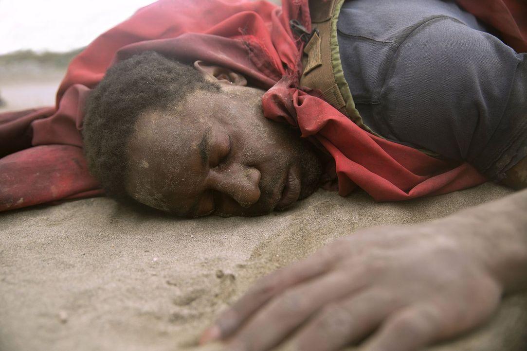 Muss sich auf die Menschen verlassen, auf die er in der Wüste trifft, denn sonst hat Jaha (Isaiah Washington) keine Chance zu überleben ... - Bildquelle: 2014 Warner Brothers