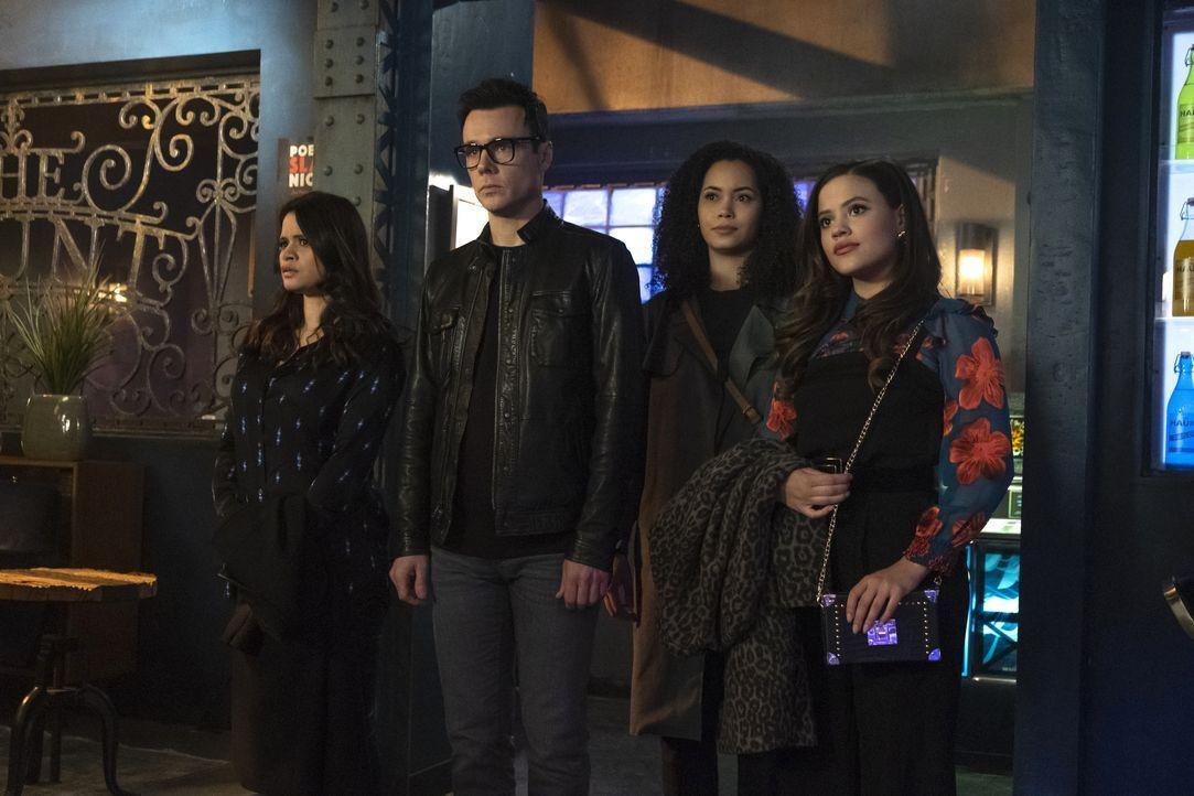 (v.l.n.r.) Mel Vera (Melonie Diaz); Harry Greenwood (Rupert Evans);  Macy Vaughn (Madeleine Mantock); Maggie Vera (Sarah Jeffery) - Bildquelle: Katie Yu 2019 The CW Network, LLC. All Rights reserved. / Katie Yu